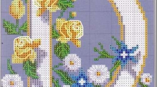 letra D con flores en punto de cruz